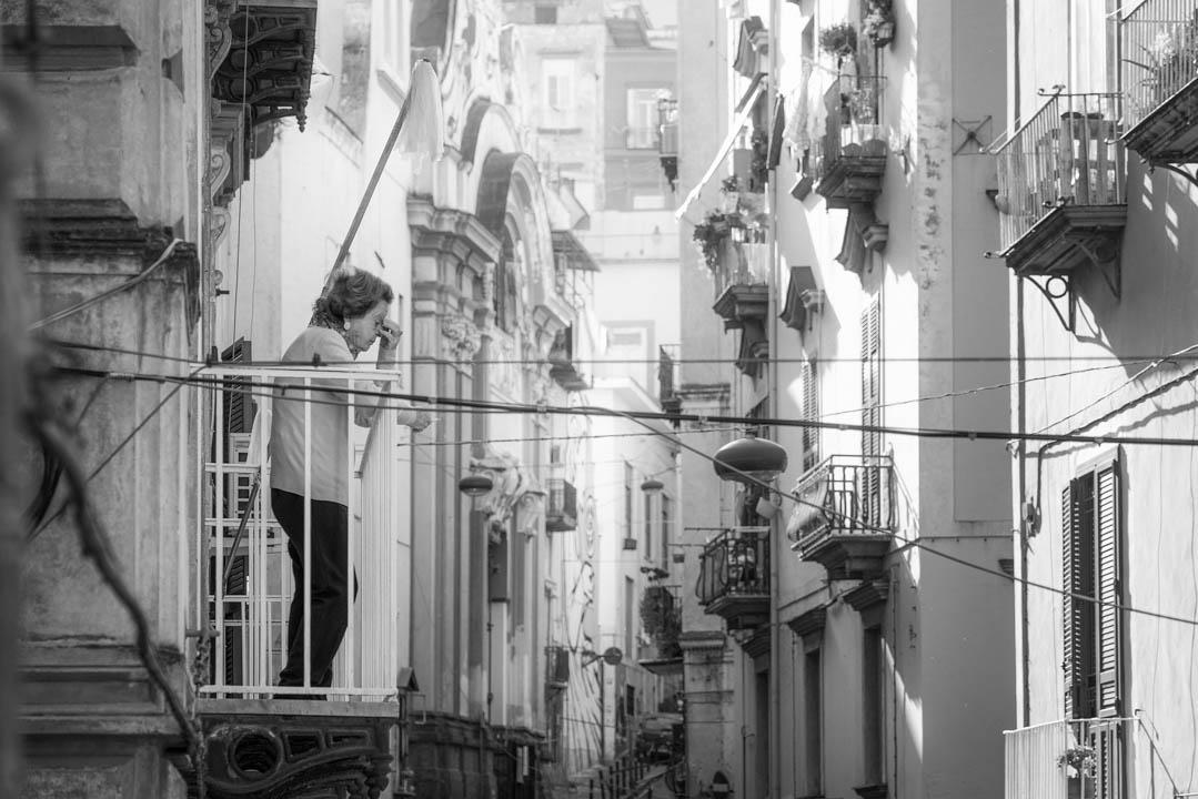 Donna sul balcone dei vicoli di Napoli, by Tonino Mosconi Fotografo, fineart photography, editoria, pubblicazioni, servizi fotografici turismo