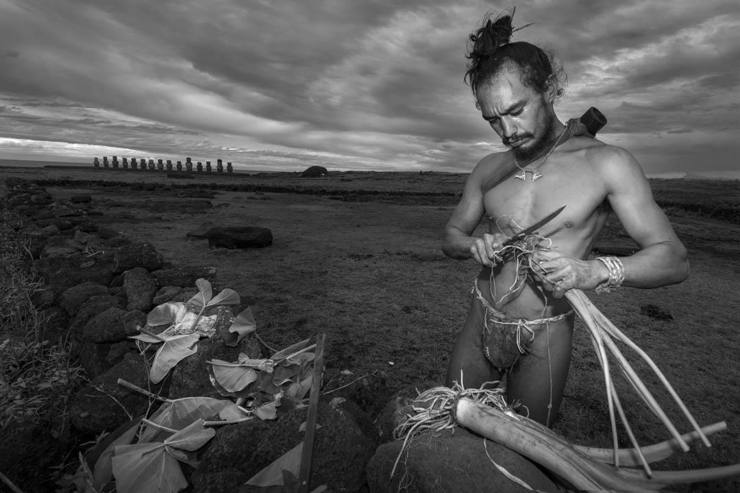Cile, Rapa Nui, Moa, Ragazzo RapaNui che vive come i suoi antenati dei prodotti della terra by Tonino Mosconi Fotografo, fineart photography, editoria, pubblicazioni, servizi fotografici turismo